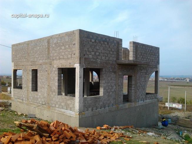 Монолитно-железобетонный каркас здания с возведенными наружными стенами из керамзитоблока.