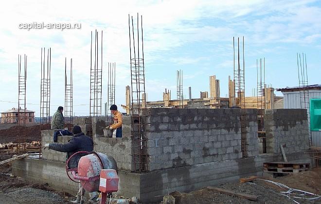 Возведение стен 1-го этажа из керамзитоблока.