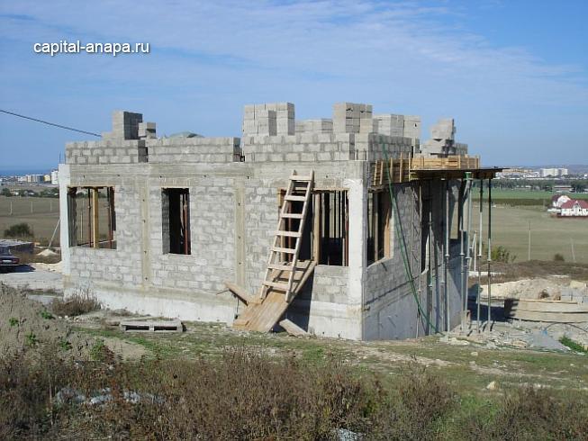 Возведение стен 2-го этажа из керамзитоблока.